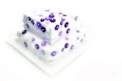 Hochzeits-Kuchen - Levander Blumen lizenzfreies stockfoto