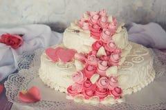 Hochzeits-Kuchen mit Blumen Lizenzfreie Stockfotos