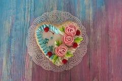 Hochzeits-Kuchen mit Blumen Stockfotos