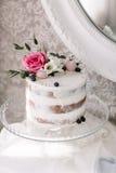 Hochzeits-Kuchen mit Blumen Stockbilder