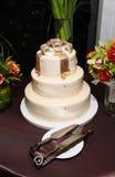 Hochzeits-Kuchen mit dem Goldbogendeckel - modern/nobel Stockfoto