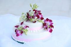 Hochzeits-Kuchen mit Orchideen Stockfoto