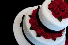 Hochzeits-Kuchen mit roten Rosen Lizenzfreies Stockbild