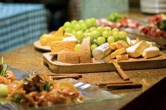 Hochzeits-Mehrlagenplatte der Nahrung Stockfotos