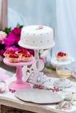 Hochzeits- oder Parteischokoriegel, verzierte Nachtischtabelle in der rosa Farbe mit Kuchen Schäbige schicke Art Stockfotografie