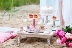 Hochzeits- oder Parteischokoriegel, verzierte Nachtischtabelle in der rosa Farbe mit Kuchen Schäbige schicke Art Lizenzfreie Stockbilder