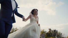 Hochzeits-Paar-Betrieb stock video footage