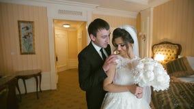 Hochzeits-Paar-Sitzung stock footage