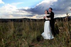 Hochzeits-Paare, die sich halten Stockfotografie