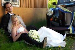 Hochzeits-Paare durch Cab Stockfotos