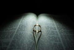 Hochzeits-Ring und Bibel stockfotos