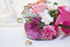 Hochzeits-Ring und Blumenstrauß Lizenzfreie Stockfotografie