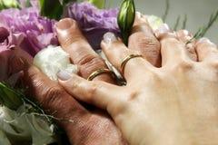 Hochzeits-Ringe über Blumenstrauß 2 Lizenzfreies Stockfoto