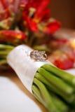 Hochzeits-Ringe auf Blumenstrauß Lizenzfreies Stockbild