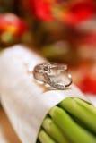 Hochzeits-Ringe auf Blumenstrauß Lizenzfreie Stockfotos