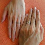 Hochzeits-Ringe auf Händen Lizenzfreie Stockfotos