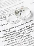 Hochzeits-Ringe, die auf einer Bibel stillstehen Stockfoto