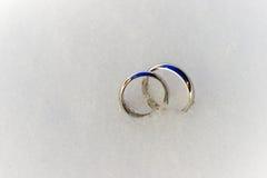 Hochzeits-Ringe im Schnee Stockbilder