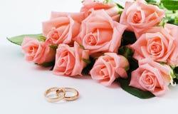Hochzeits-Ringe u. Blumenstrauß Lizenzfreie Stockfotografie