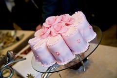 Hochzeits-Sahne-Kuchen mit rosafarbener Dekoration Stockfoto