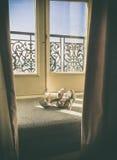 Hochzeits-Schuhe im Fenster Stockfoto