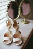 Hochzeits-Schuhe mit Spiegel Stockbilder