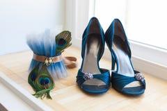 Hochzeits-Schuhe und Pfau-Strumpfband Stockbild