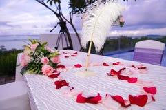 Hochzeits-Tabelle installiert mit Seeansicht lizenzfreie stockfotografie