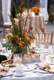 Hochzeits-Tabelle mit Blumenstrauß der Blumen lizenzfreies stockbild