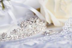 Hochzeits-Tiara (Diadem) und Brautzubehör stockfotografie