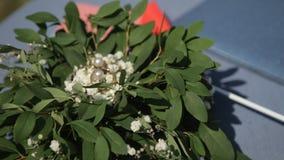 Hochzeits-Verlobungsringe und Blumen stock video