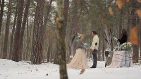 Hochzeits-Verpflichtungs-Zeremonie im Winter-Wald stock footage