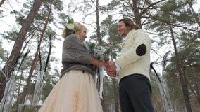 Hochzeits-Verpflichtungs-Zeremonie im Winter-Wald stock video