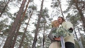 Hochzeits-Verpflichtungs-Zeremonie im Winter-Wald stock video footage