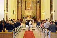 Hochzeits-Zeremonie-katholische Kirche stockfotografie