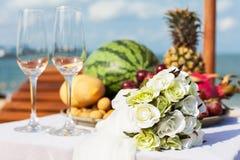 Hochzeitsabendessen auf dem Strand. Lizenzfreies Stockfoto