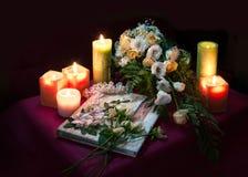 Hochzeitsalbum für Gäste unter Blumen und Kerzen lizenzfreies stockbild