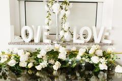 Hochzeitsanordnung für Blumenblumenblätter Stockfotografie