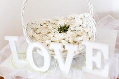 Hochzeitsanordnung für Blumenblumenblätter Stockfotos