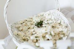 Hochzeitsanordnung für Blumenblumenblätter Lizenzfreie Stockfotos