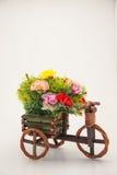 Hochzeitsanordnungsblumenstrauß der Blume auf einem Fahrrad Lizenzfreie Stockfotos