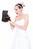 Hochzeitsausgabenkonzept. Braut mit leerem Geldbeutel Stockfoto
