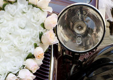 Hochzeitsauto-Blumendekoration Stockfoto