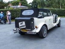 Hochzeitsauto an der Gemeinde-Kirche St. Mary's in unterem Alderley Cheshire Stockbild