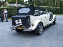 Hochzeitsauto an der Gemeinde-Kirche St. Mary's in unterem Alderley Cheshire Lizenzfreie Stockbilder