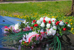 Hochzeitsauto, ein Blumenstrauß Lizenzfreies Stockfoto