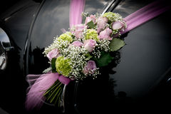 Hochzeitsauto mit Blumen Stockbilder