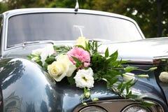 Hochzeitsauto verziert mit Blumen Lizenzfreies Stockfoto