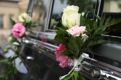 Hochzeitsauto verziert mit Blumen Stockbilder