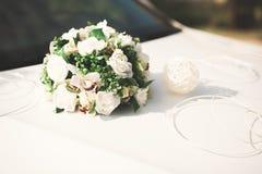 Hochzeitsauto verziert mit den schönen, Luxusblumen lizenzfreie stockfotos